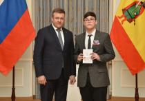 В День Конституции Николай Любимов вручил паспорта 46 юным рязанцам