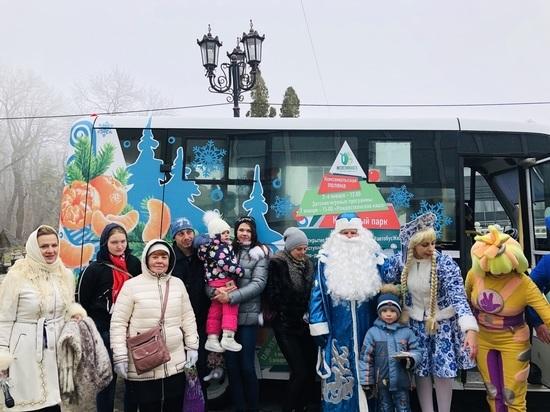 В Железноводске Дед Мороз дарит подарки на «Автобусе пожеланий»