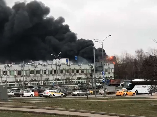 Крупный пожар произошел на складе с тканями в Москве: обрушилась кровля