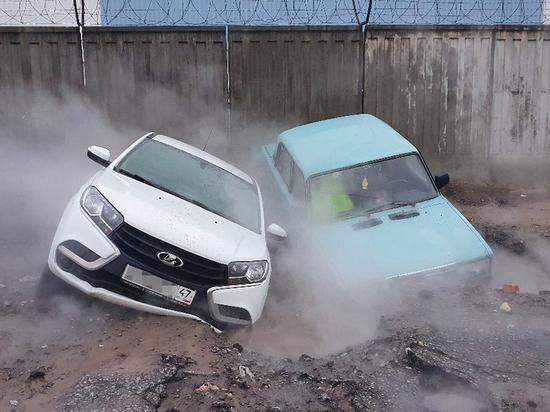 В Приморском районе две машины провалились в яму с кипятком