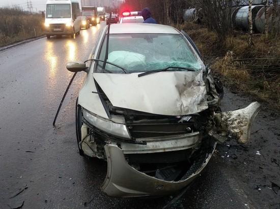 Уснувшая за рулем девушка на «Хонде» снесла микроавтобус с дороги под Мурино