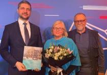 Осипов поздравил финалистку премии «Дальний Восток» из Читы Ирину Баринову