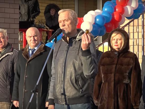 Депутат подарил главе района баночку вазелина на открытии нижегородской школы