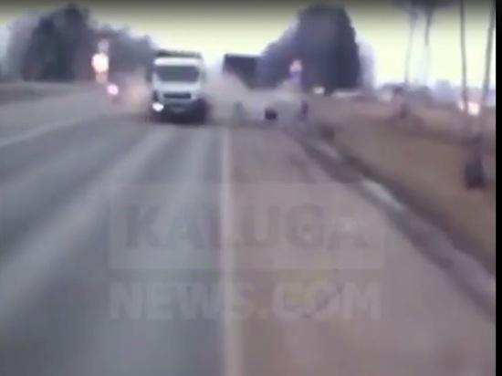 Момент жуткого ДТП с вылетевшей на встречку фурой под Калугой попал на видео