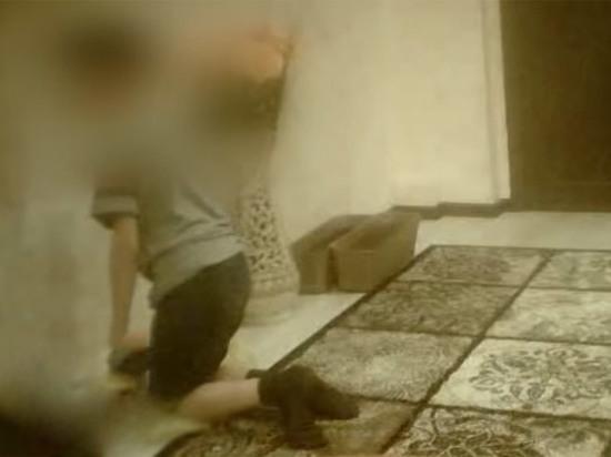 Колени - сплошная рана: родители часами заставляли ребенка стоять на гречке
