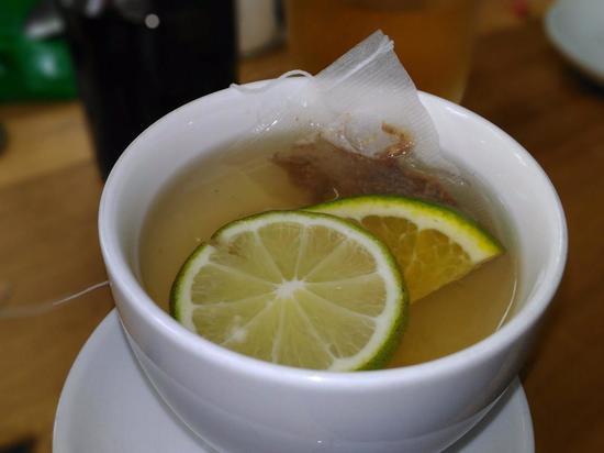 Горячий чай опасен при простуде, заявил диетолог