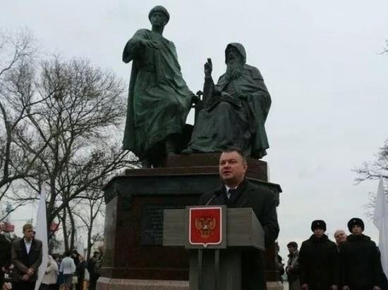В Керчи установленпамятник единству Крыма и РФ