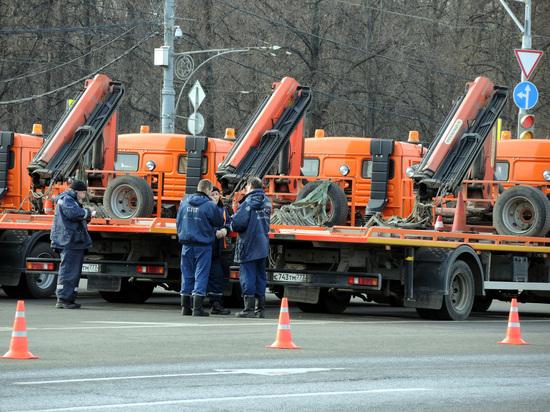 В Москве предложили эвакуировать машины, мешающие проезду пожарной техники