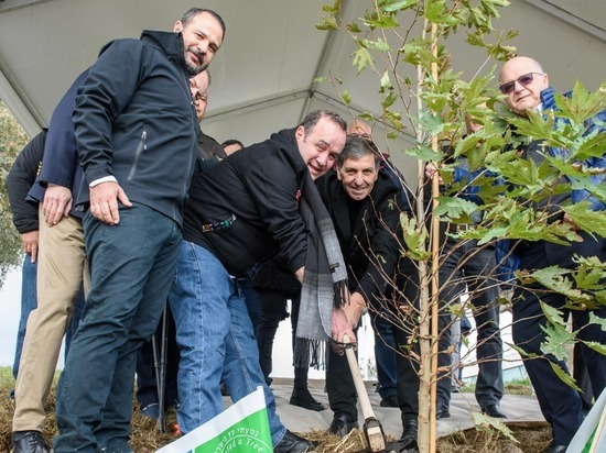 Избранный президент Гватемалы посадил дерево в заповеднике озера Хула