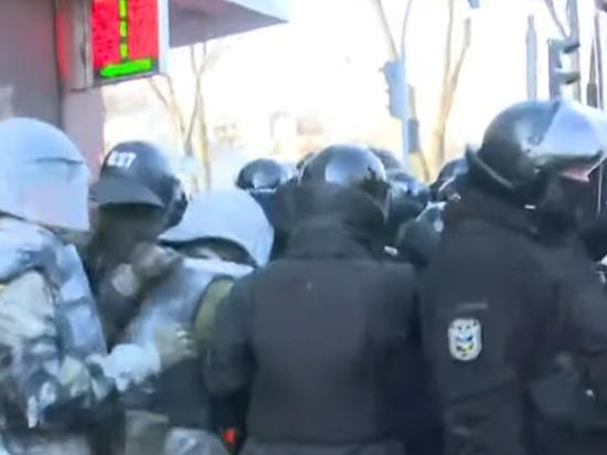 Возле Верховной рады начались столкновения с полицией