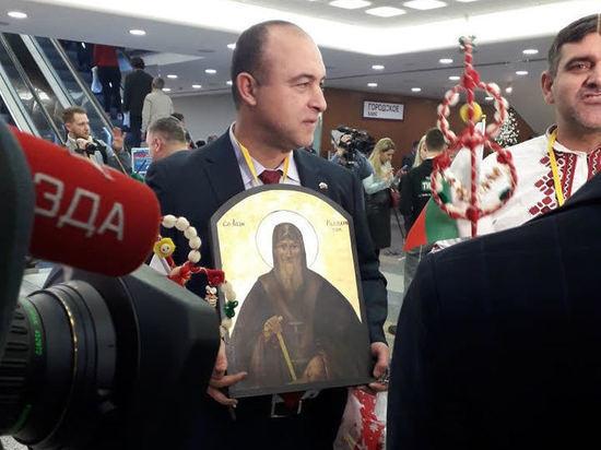 На пресс-конференцию Путина принесли икону