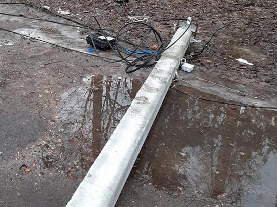 Столб, убивший работницу завода в Подмосковье, рухнул из-за сильного ветра