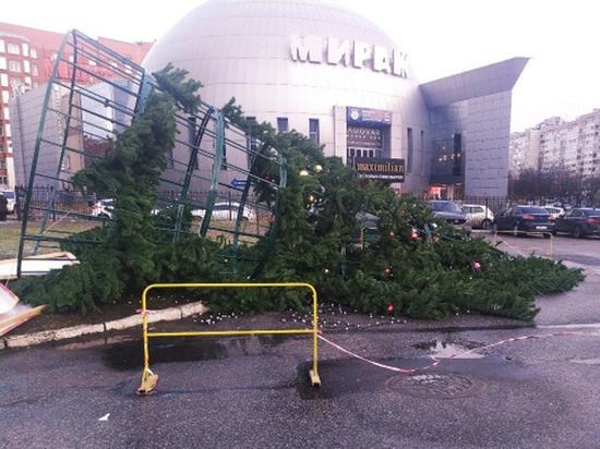 Апокалиптический шторм в Петербурге: Дед Мороз припарковался на крышах авто