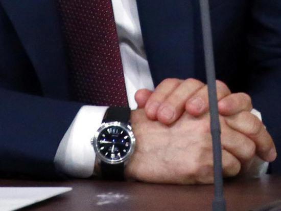 «Не Hublot» : Путин пришел на пресс-конференцию в старых часах