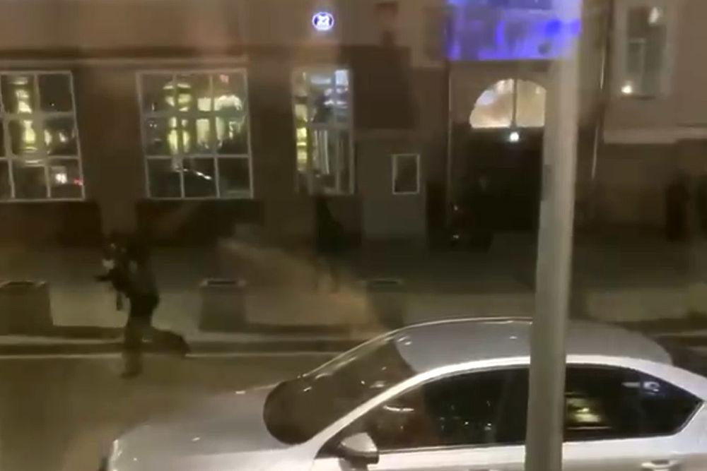 Кадры теракта на Лубянке: стрелок был в черном