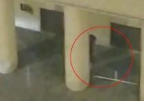 При обыске в квартире 39-летнего Евгения Манюрова, устроившего накануне стрельбу возле здания ФСБ на Лубянке, был найден оранжево-черный флаг и значки некоего Национально-освободительного движения