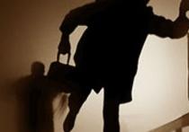 Жительницу Твери ограбили в собственном подъезде