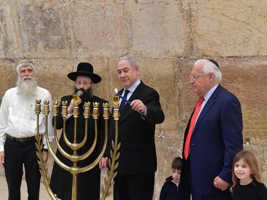 Премьер-министр Биньямин Нетаниягу и посол США в Израиле Дэвид Фридман зажгли первую ханукальную свечу