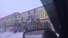 Дети танцуют под авто-музыку в Новом Уренгое