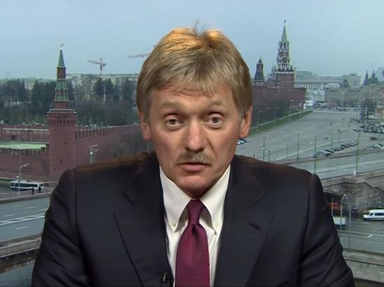 Песков прокомментировал дарение подарков Путину на пресс-конференции