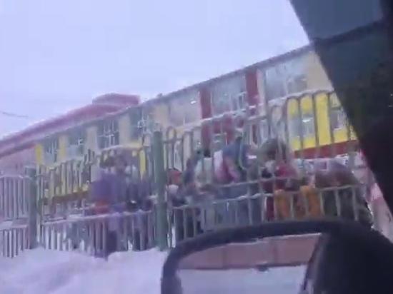 Зажигательные танцы малышей под авто-музыку засняли в Новом Уренгое