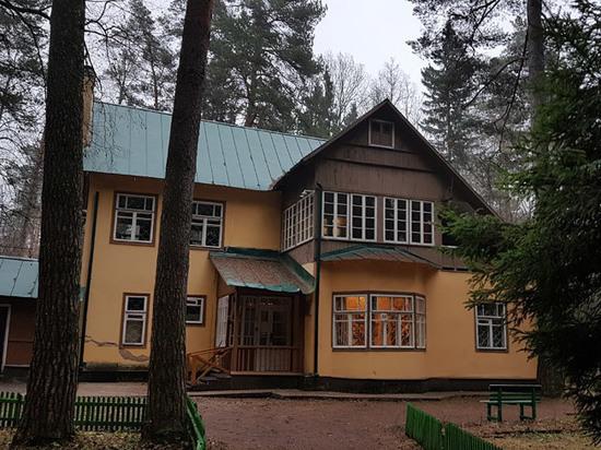 У дома Корнея Чуковского в Переделкино