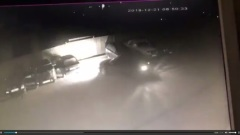 Девушка на парковке в Людиново сносит машины, пытаясь припарковаться