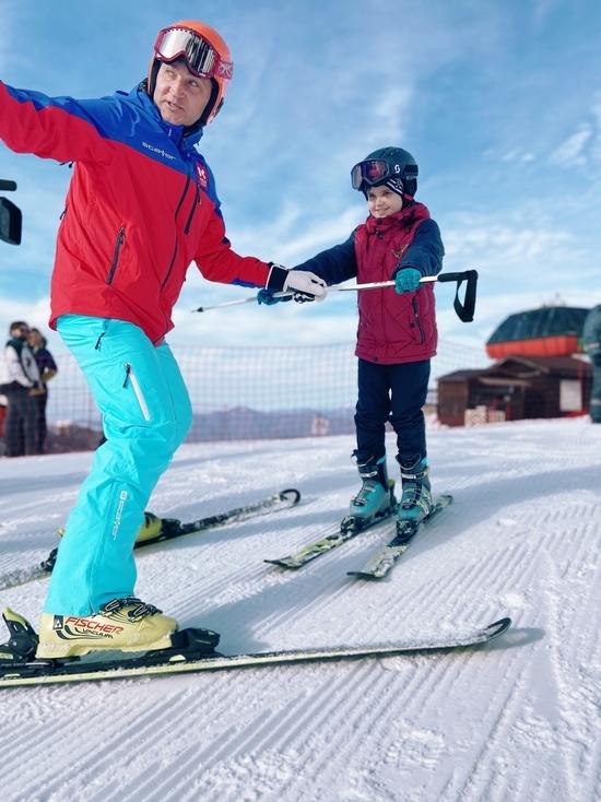 Десятилетний Андрей Кочетов поднялся в горы по канатной дороге на высоту 2200 метров и покатался на горных лыжах на Красной поляне в Сочи