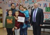 Рязанской многодетной семье вручили сертификат на покупку кровати-трансформера
