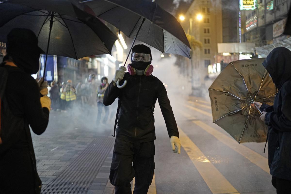 В Гонконге продолжились массовые протесты: город оказался в огне