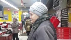 Калужский блогер оплачивает покупки пенсионерам в магазине