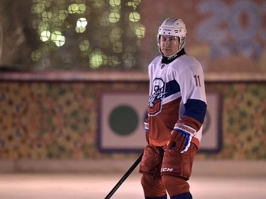 Путин вышел на каток на Красной площади поиграть в хоккей