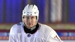 Опубликовано видео Путина, играющего в хоккей на Красной площади
