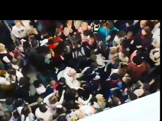 В Улан-Удэ на новогодней елке дети чуть не разорвали Деда Мороза за конфеты