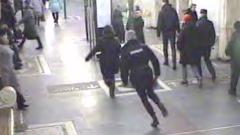 Курсант полиции задержал в метро женщину, устроившую поножовщину: видео