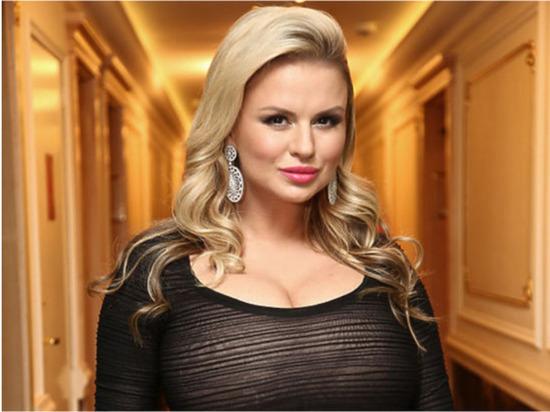 Семенович возбудила фанатов танцем цыганочка: