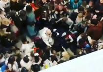 """В Instagram на странице паблика """"Весь Улан-Удэ"""" появилось видео, как дети с криком накинулись на Дед Мороза"""