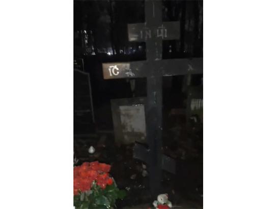 Мать Децла раскрыла подробности инцидента со сгоревшим на могиле крестом