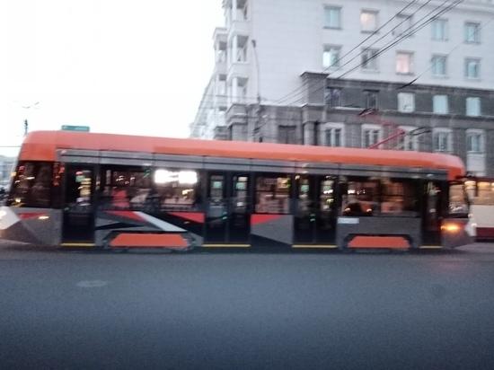 Низкопольный трамвай из Екатеринбурга, проходящий испытания, застрял в центре Челябинска