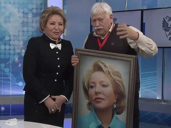 Презент вручил фотохудожник Сергей Лидов