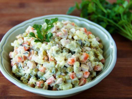 Петербуржцам посоветовали не готовить к Новому году много салатов