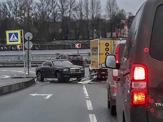 Полиция заинтересовалась Rolls-Royce, попавшим в ДТП без номеров
