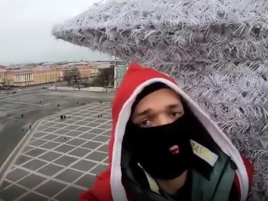 Руферы залезли на главную ёлку Санкт-Петербурга