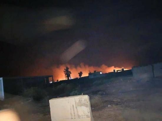 Ранее сообщалось, что неизвестный самолет нанес удар по двум машинам в районе Таджи