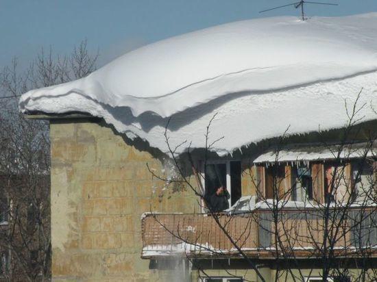 В Уфе крыши от снега и льда очищают 162 кровельщика