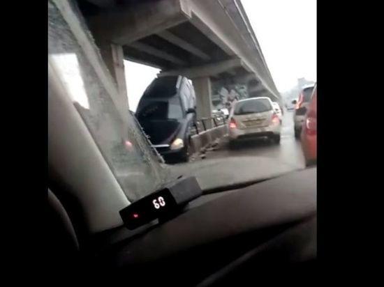 В Воронеже машина повисла на Северном мосту. Видео