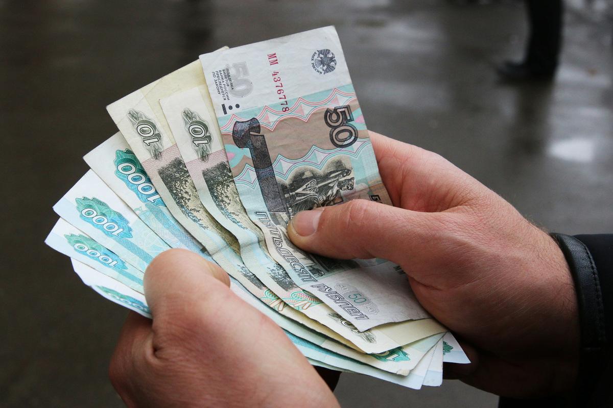 фото в руках денег россии берегов