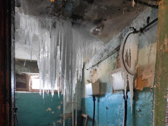 В бывшем общежитии в Челябинской области выросли ледяные сталактиты