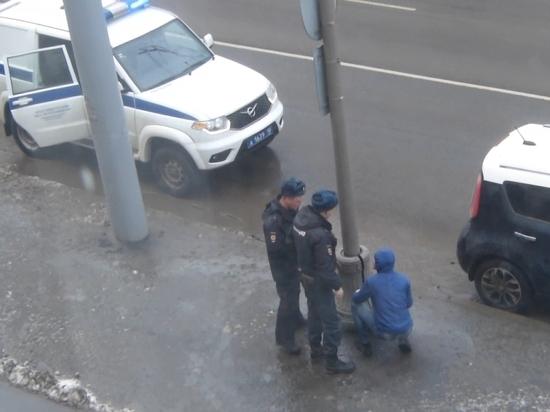 В Петрозаводске воришка ломал городской фонарь прямо перед телекамерой