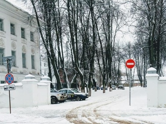 В костромских соцсетях горожане обсуждают странную ситуацию, сложившуюся около городского театра имени Александра Островского